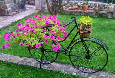 Maceteros para bicicletas macetas jardineras y maceteros for Guardar bicicletas en el jardin